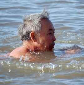 老年人冬泳要注意哪些 这20点事项需谨记