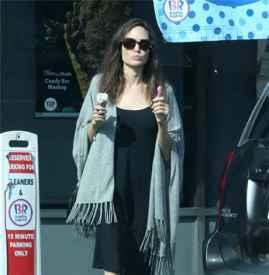 Angelina Jolie洛杉矶购物街拍  黑色吊带裙+长靴气场十足