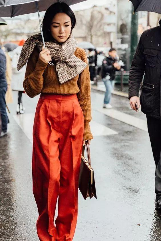 焦糖色配什么颜色好看 时髦的女孩选择这样穿