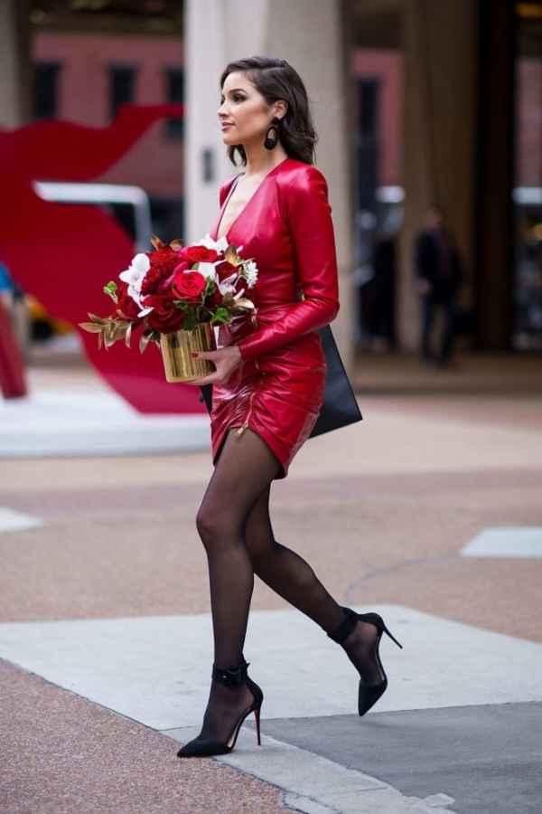 Olivia Culpo红色皮裙现身街拍  世界环球小姐冠军风采不减~