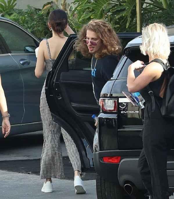 Selena Gomez格子连衣裤休闲 高扎丸子头出街清新又随意
