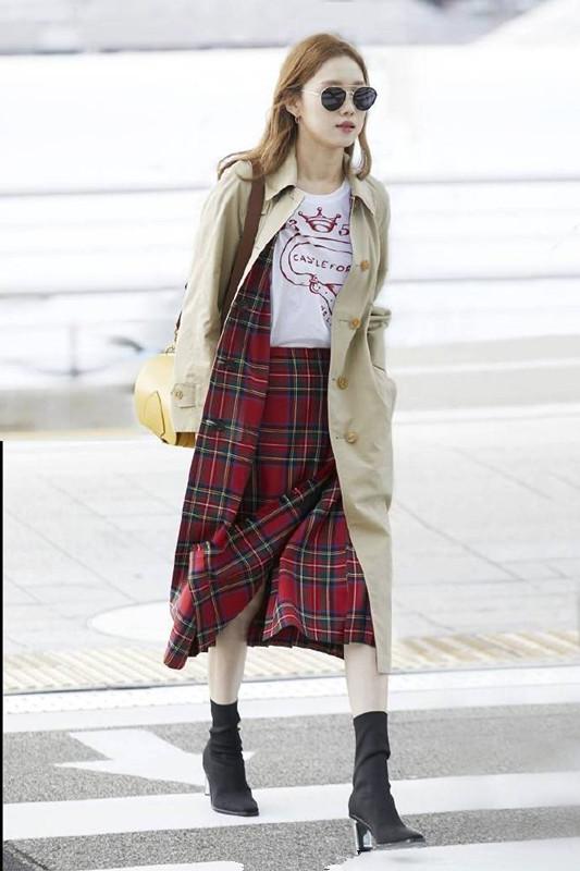 李圣经最新机场秀 卡其色风衣搭配苏格兰格子裙尽显好品味