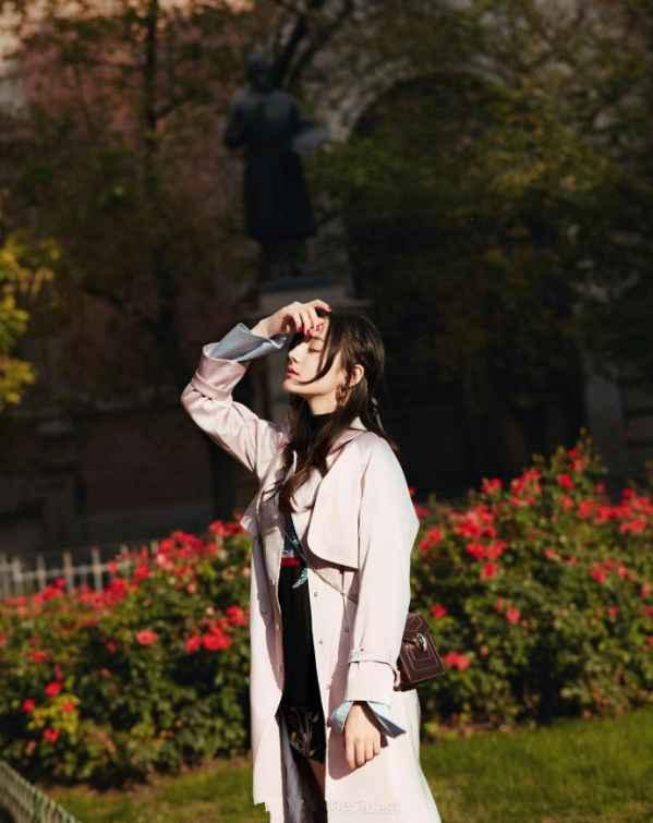 迪丽热巴米兰时装周街拍照曝光 人美衣品好超养