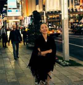 江一燕东京街拍 素雅的白色T恤+波点毛边裙子洒脱又迷人