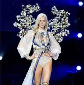 Karlie Kloss2017维密天使翅膀秀 款款走来高贵惊艳宛如冰雪公主
