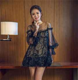 安以轩黑色刺绣小纱裙维密看秀 纤细美腿吸睛十足