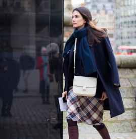 深蓝色大衣配什么颜色围巾 打破冬日沉闷感