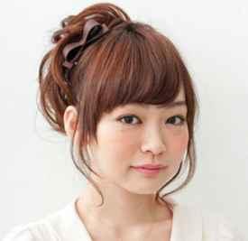 圆脸扎什么发型显脸小 斜刘海+高马尾为你修颜显气质