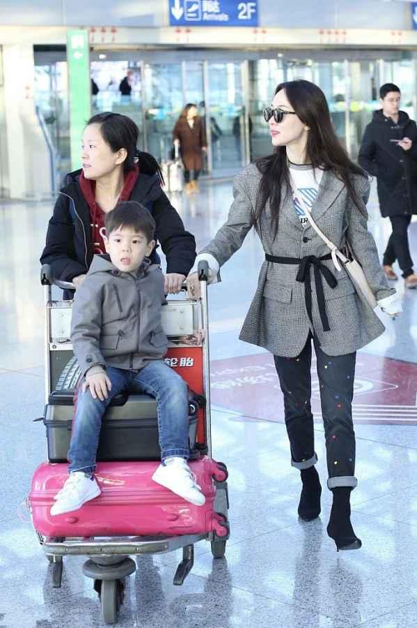 杜江、霍思燕、嗯哼一家三口亮相机场