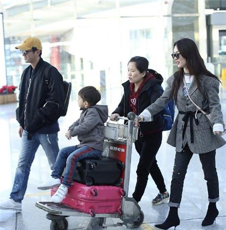 杜江、霍思燕、嗯哼一家三口亮相机场 一家三口衣品超高