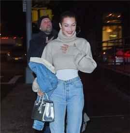 """Bella Hadid现身纽约街拍 牛仔系列搭配""""爸爸鞋""""吸睛无数"""