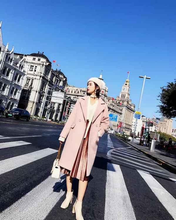 粉色大衣配什么颜色包 不同配色不同风格