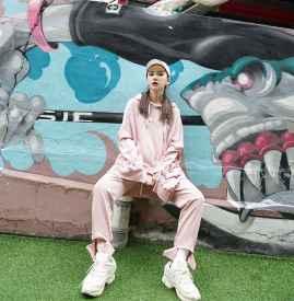 粉色卫衣搭配 甜美的休闲风