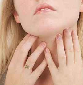 冬天早上起来喉咙干痛怎么回事 区分干燥喉咙痛和感冒喉咙痛