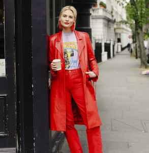 大红色大衣里面要配什么好看 不同内搭不同风格