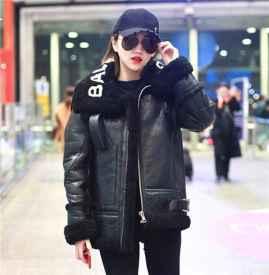 景甜亮相首都机场  黑色皮衣88必发国际小黑裤美中带酷