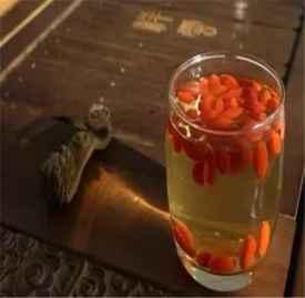 枸杞红枣泡水喝的功效 枸杞搭一物抗衰老效果好