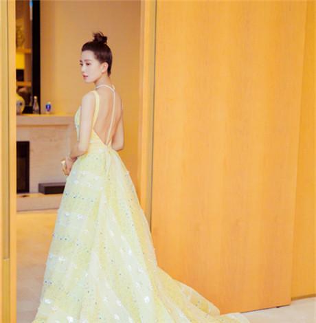 刘诗诗2018微博之夜红毯造型  仪态大方尽显气质之美