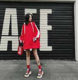 红色卫衣搭配什么鞋子 休闲亚虎娱乐PT老虎机任意选择