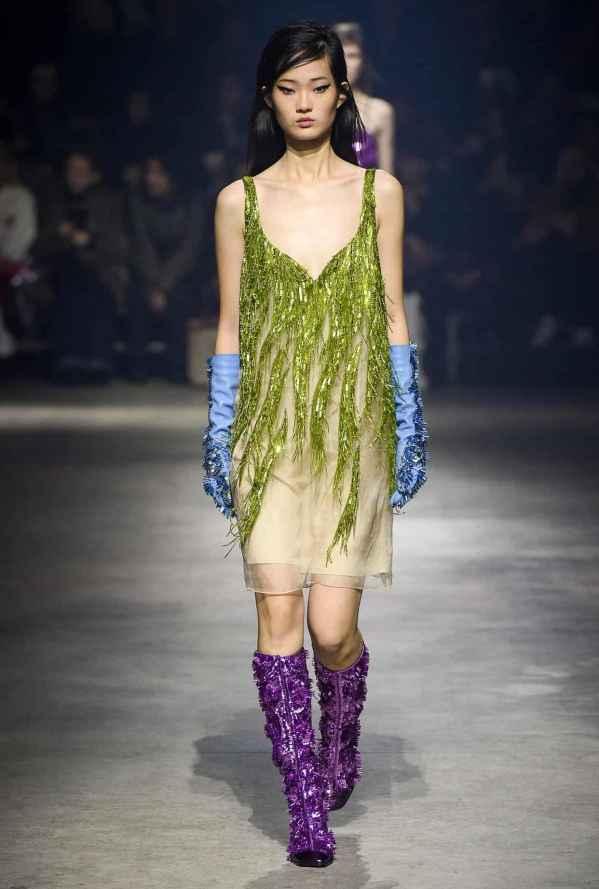 """[/page]<p>kenzo 2018秋冬女装系列展现出浓浓的亚洲风情,同时也采用了许多亚洲模特来展现服饰。这个系列更像是在讲一个故事,从而使得整场秀更为有趣,例如模特的阵容中有Kenzo-campy的电影海报,性感的、淑女的,还有一些流光溢彩的派对礼服……与1998年的倒叙手法相一致,设计师更是从旧版画中来定制精致的花卉图案。</p><p><img src=""""https://pic.7y7.com/Uploads/Picture/2018-01-23/5a66fd2a18085_600_0.JPG""""/><br/></p><p><img src=""""https://pic.7y7.com/Uploads/Picture/2018-01-23/5a66fd2c174d3_600_0.JPG""""/><br/></p><p><img src=""""https://pic.7y7.com/Uploads/Picture/2018-01-23/5a66fd2ea2e61_600_0.JPG""""/><br/></p><p><img src=""""https://pic.7y7.com/Uploads/Picture/2018-01-23/5a66fd30aab6c_600_0.JPG""""/><br/></p><p><img src=""""https://pic.7y7.com/Uploads/Picture/2018-01-23/5a66fd326940d_600_0.JPG""""/><br/></p><p><img src=""""https://pic.7y7.com/Uploads/Picture/2018-01-23/5a66fd35329f1_600_0.JPG""""/><br/></p><p><img src=""""https://pic.7y7.com/Uploads/Picture/2018-01-23/5a66fd3759c7e_600_0.JPG""""/><br/></p><p><img src=""""https://pic.7y7.com/Uploads/Picture/2018-01-23/5a66fd39a984c_600_0.JPG""""/><br/></p><p><img src=""""https://pic.7y7.com/Uploads/Picture/2018-01-23/5a66fd3c29d95_600_0.JPG""""/><br/></p><p><img src=""""https://pic.7y7.com/Uploads/Picture/2018-01-23/5a66fd3db9c17_600_0.JPG""""/><br/></p><p><img src=""""https://pic.7y7.com/Uploads/Picture/2018-01-23/5a66fd3f9224b_600_0.JPG""""/><br/></p><p><img src=""""https://pic.7y7.com/Uploads/Picture/2018-01-23/5a66fd41f3861_600_0.JPG""""/><br/></p><p><img src=""""https://pic.7y7.com/Uploads/Picture/2018-01-23/5a66fd4474e9b_600_0.JPG""""/><br/></p><p><br/></p>[page]"""