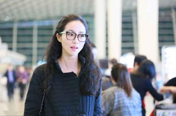 韩雪现身深圳宝安机场 羽绒服低调出行优雅依旧