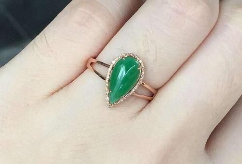 翡翠女戒指镶嵌图片 光彩夺目高贵优雅
