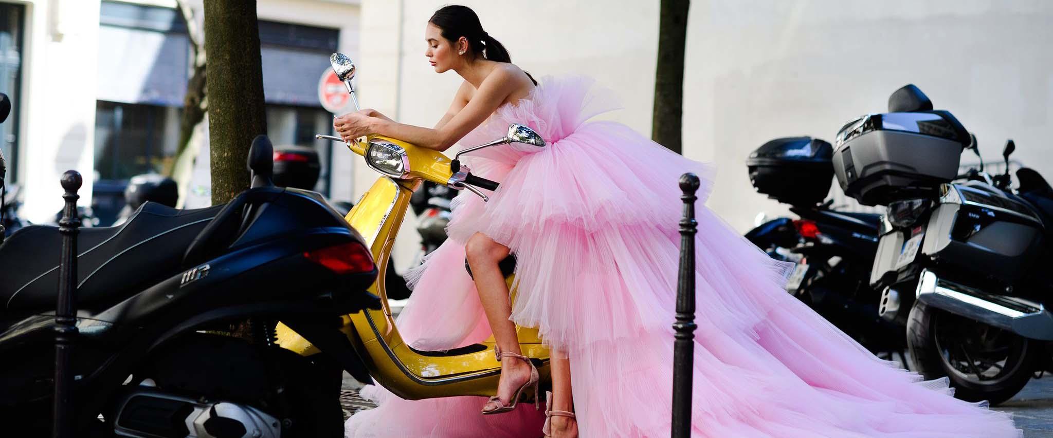 纽约、伦敦、米兰和巴黎的成衣秀,以及柏林、悉尼、首尔、东京、斯德哥尔摩和哥本哈根等新兴的时尚中心,都引领着巴黎的高级定制时装,在今年的1月和7月,世界上最前卫、最具创意的理念在少数设计师的时装秀上亮相。