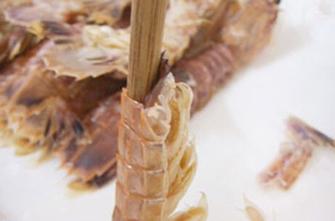皮皮虾怎么剥壳 巧用一根筷子剥虾壳