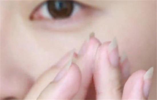 眼霜的正确用法是什么 方法不对眼霜浪费