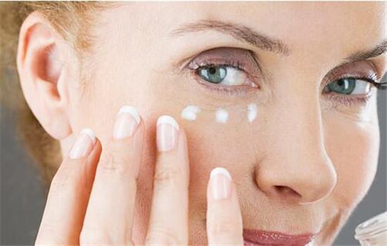 眼部精华和眼霜有什么区别 配合使用效果更佳