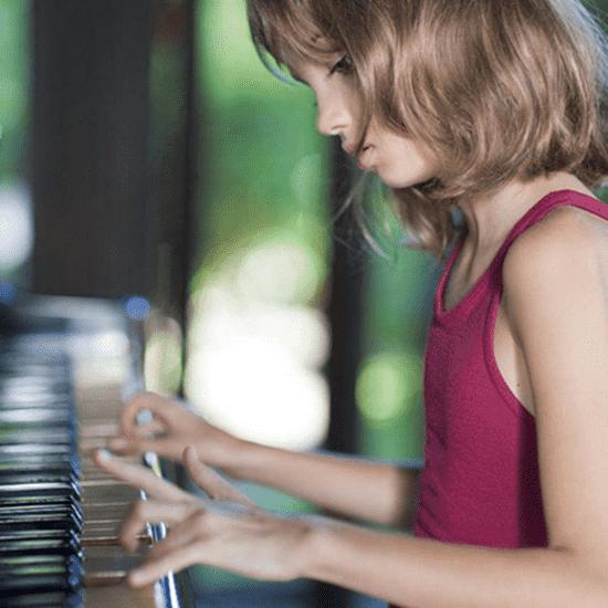 短发美女弹琴图片 优雅又有气质