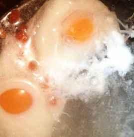 荷包蛋为什么起沫 荷包蛋起沫白沫能吃吗