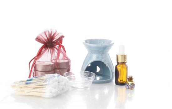 美容液和精油哪个先用 需要根据使用的美容液决定哟