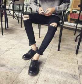 牛仔裤破洞怎么剪 亲手打造最时髦的牛仔裤