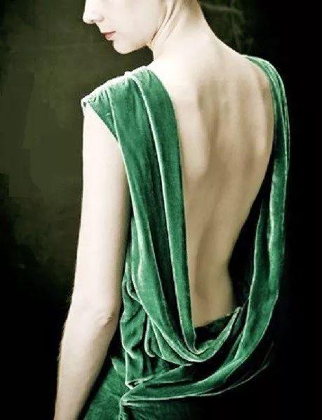 穿丝绒的女人,美极了