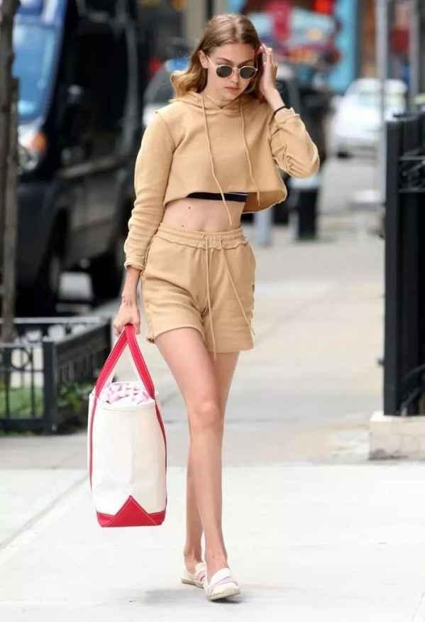 秋天穿卫衣怎么搭配好看 卫衣这么时髦你穿对了吗