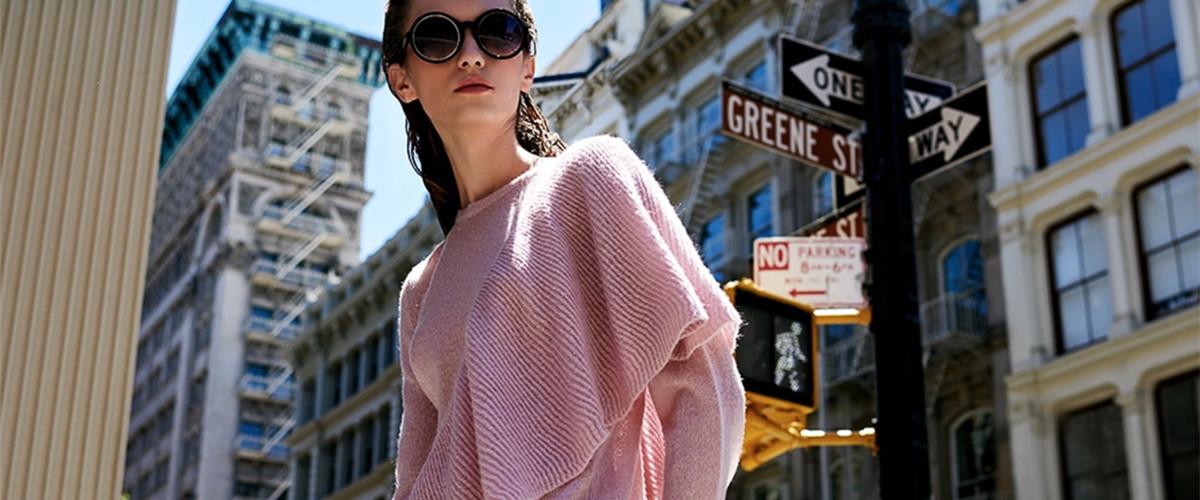 换季最显著的特点是乱穿衣,选择多了,但很多人又不知道该穿什么衣服好,觉得,这种时候就需要一件温暖的针织开衫来拯救你的换季衣荒了。