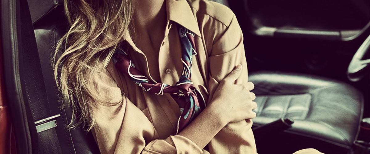 秋冬里一件饰品就能让你大放异彩。随着天气逐渐变冷。小妖精都迫不及待地凹起了造型,有时候很chic又时髦的造型look,一个小细节就能做到——丝巾。