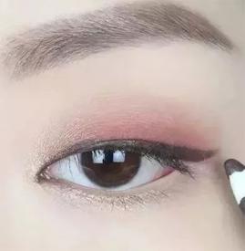 豆沙色眼妆画法 冬季这样才温暖