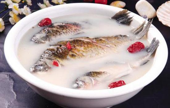 炖白色鱼汤的基本操作