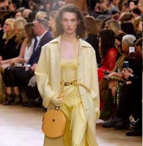 鹅黄大衣怎么搭配 今年冬季最流行的大衣