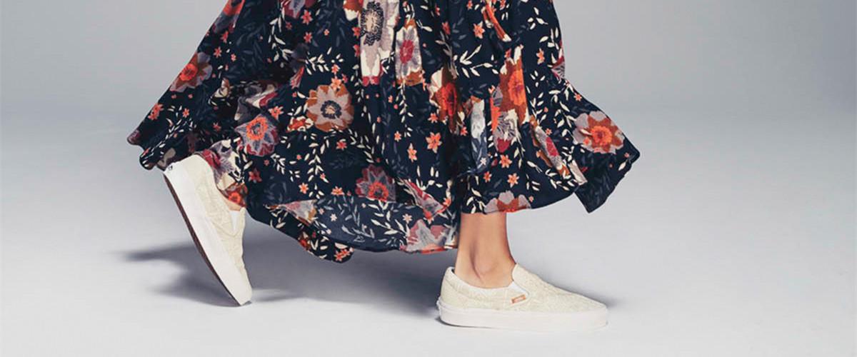 运动复古是时尚大趋势,冬天穿上一双运动鞋,迈出沉闷已久的活力,一改往日不食人间烟火的高冷范儿,守住年少的质朴和浪漫。