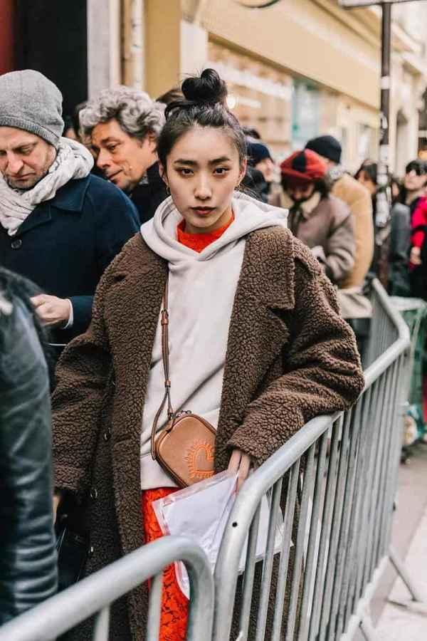 羊羔绒外套搭配卫衣 双重减龄穿搭