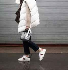 羽绒服搭配什么鞋子 街头俏丽的青春运动风