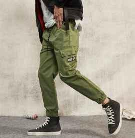 军绿色工装裤配什么上衣 这五件衣服是首选