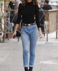 高腰牛仔裤搭配什么上衣 短上衣和高腰牛仔裤永远不会出错