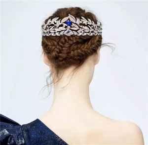 小孩戴皇冠简单扎头发