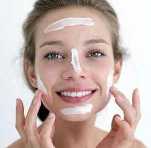 神仙水搭配什么乳液 脸上擦完乳液敷保鲜膜可以吗