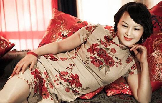 不少女生都喜欢旗袍,穿旗袍配什么包?