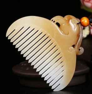 翡翠梳子的寓意是什么 本命年必备的辟邪保平安单品